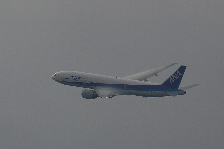 ANA B777-281 ANA32@RWY14Rエンド・猪名川土手(by EOS50D with SIGMA APO 300mm F2.8 EX DG/HSM + APO TC2x EX DG)