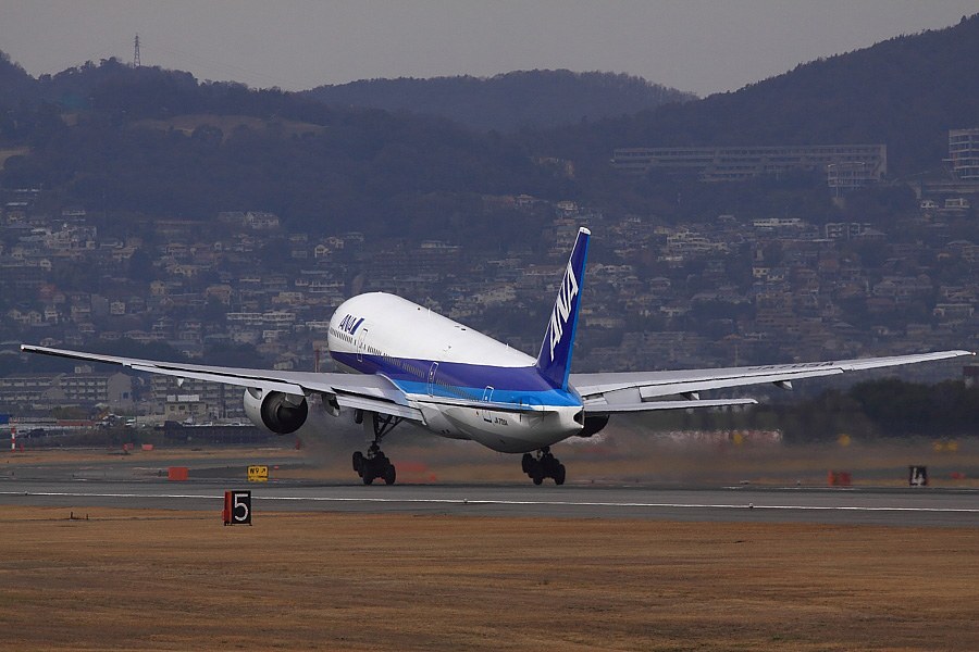 ANA B777-281 ANA28@伊丹スカイパーク(by EOS50D with SIGMA APO 300mm F2.8 EX DG/HSM)