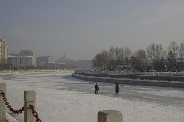 凍る琿春で遊ぶ子どもたち