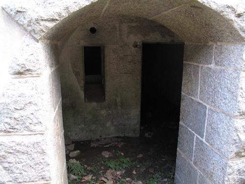 砲座脇の地下弾薬庫