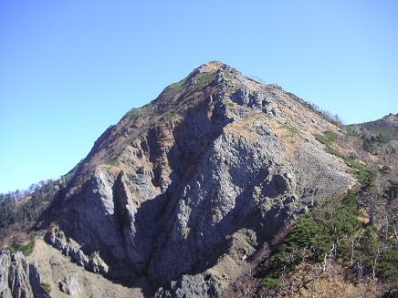 嶮々しい山(岩)肌が・・