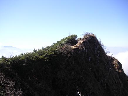 裏側は断崖絶壁