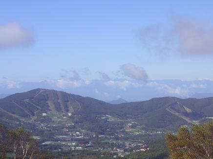 北アルプスの山々と手前に菅平スキー場