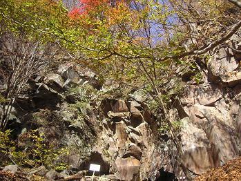 オナゴ岩まで下りてきた。