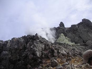噴火口の下を行きます。