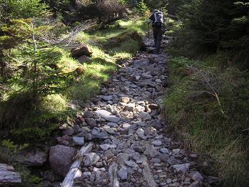 まずは岩の道を