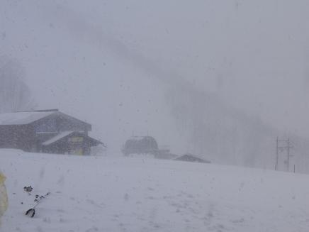吹雪でリフト停止中
