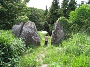 入り口の巨石