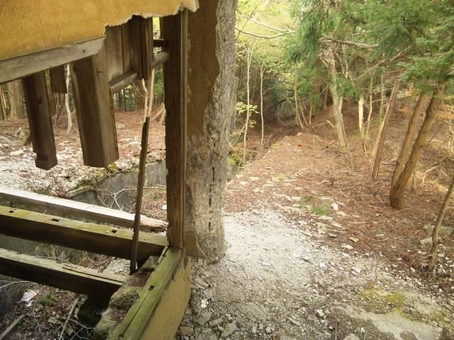 110502_1638 朽ちた柱とホーム跡