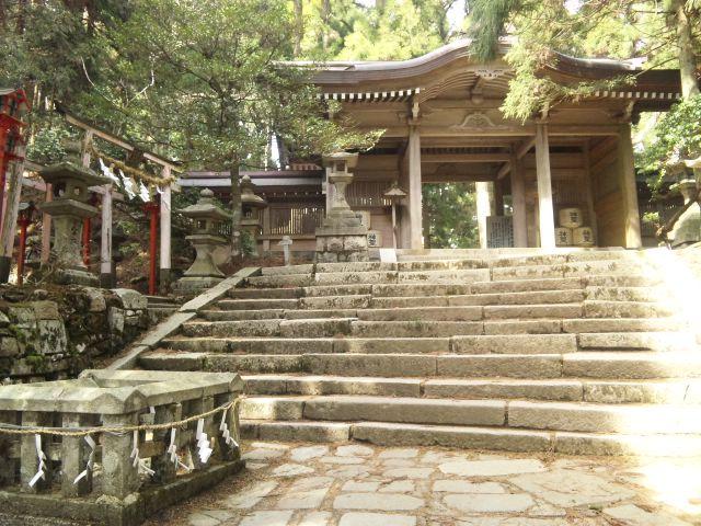 110502_1418 社殿下の門A