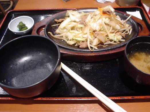 ご飯おかわり自由な市川食堂で肉野菜炒め定食052