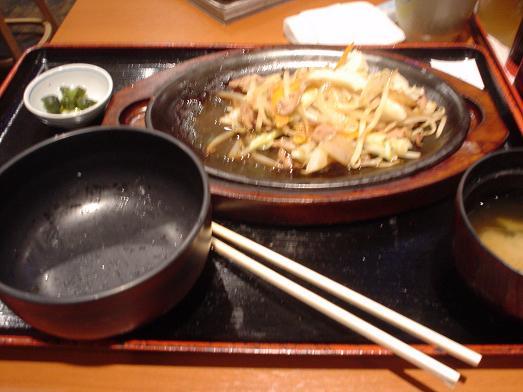 ご飯おかわり自由な市川食堂で肉野菜炒め定食056
