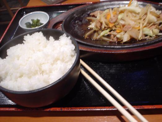ご飯おかわり自由な市川食堂で肉野菜炒め定食058
