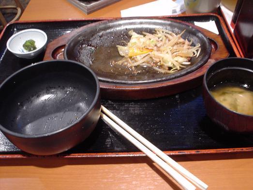 ご飯おかわり自由な市川食堂で肉野菜炒め定食060