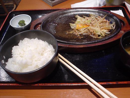 ご飯おかわり自由な市川食堂で肉野菜炒め定食062