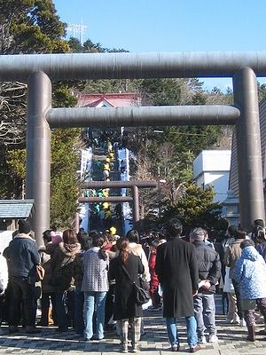 大勢の人であふれる浦河神社