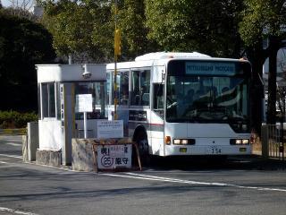 秘匿エリアから出てくるツアーバス