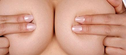 指先で乳首と乳輪は隠れたけどおっぱいは丸見えだよ♪
