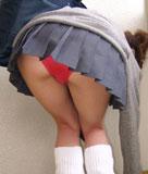 前かがみでパンツ丸見え女子高生♪