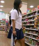 ショッピングに夢中な女子高生