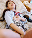 正常位でグイグイ突かれる女子高生!