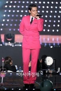 ピンクのダブルのスーツを着こなすすオトコTOP