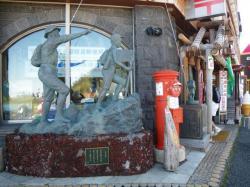 太良峠を目指す人の銅像