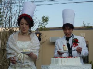 新郎新婦がウエディングケーキを取り分けてくれました