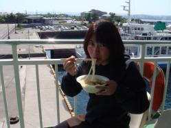 桜島フェリー名物うどんを食べる