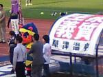 いかにもザスパ的な光景。草津温泉のキャッチフレーズ、ザスパのチームキャラ「湯友」、そして会場スポンサーの正田醤油の着ぐるみ…