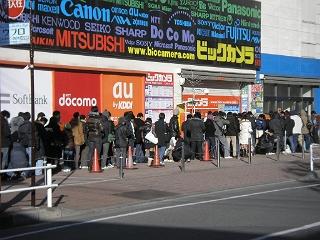 元日朝、ビックカメラの前に並ぶ男たち。福袋目当て。