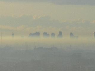 蜃気楼?いや、朝もやにぼんやり浮かぶ新宿高層ビルの遠景。