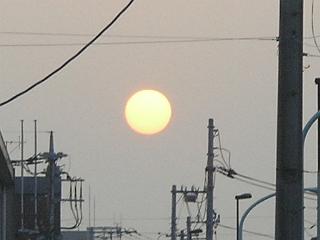 自宅近くの路上で見た夕日。おもわずデジカメを出した。