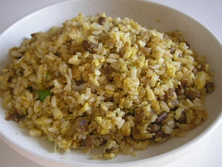 シンプルな納豆炒飯。納豆をよくいためるのがポイント。