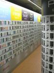 携帯ショップに陳列された商品の数々、じゃなくて、地下鉄東山線の名古屋駅ホームの広告。