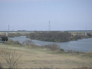 荒川と入間川の合流点。川越線の車内から。
