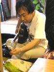 出番の合間にギターの弦の調整をする、ともろー氏。