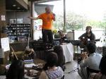 八百津のお土産&喫茶「味工房」での、ともろー&斉藤KAZU氏によるライブ。地元の老若男女の方々を巻き込んで大盛り上がり。