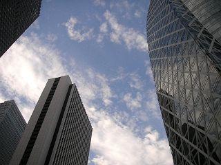 新宿西口の高層ビルの間から眺める青空。暑かったねー。