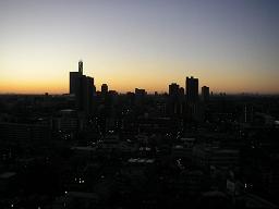 幻想的な朝焼け。ビル街が映える。
