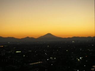 夕やけに映る富士山のシルエット。