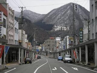 湯沢の駅前通り。雪国らしく、雁木ならぬアーケード完備。小さな街だが生活に必要な店はすべて揃っている。但し人影は少ない。