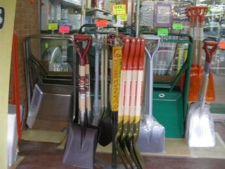 さすが豪雪地帯だけに、除雪用のスコップなどを扱う店が多い。でもこの天気では出番なしか。