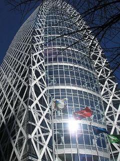 西新宿に竣工したばかりの東京モード学園のビル「コクーンタワー」。名古屋に劣らず個性的な楕円形の高層ビル。