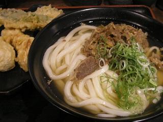 「東京麺通団」で肉うどんと天ぷら。