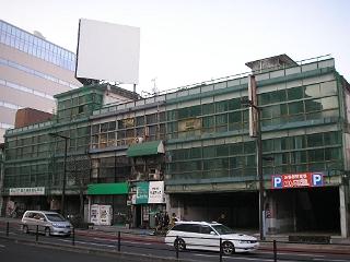 宇都宮中心部にある、崩れそうな古いビル。道路側に網が掛けられたがまだまだ取り壊す気はなさそう。