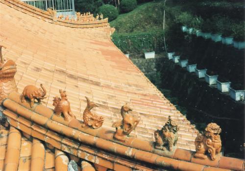 動物の瓦屋根