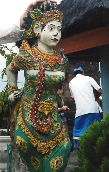 ブサキ寺院女像