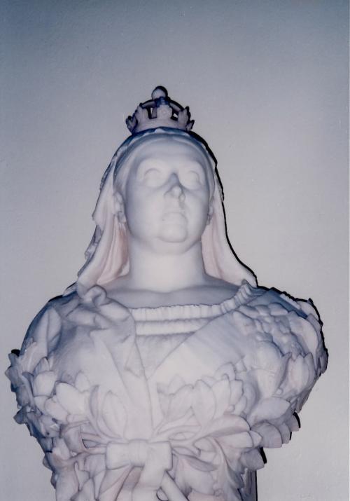 ビクトリア女王大理石像