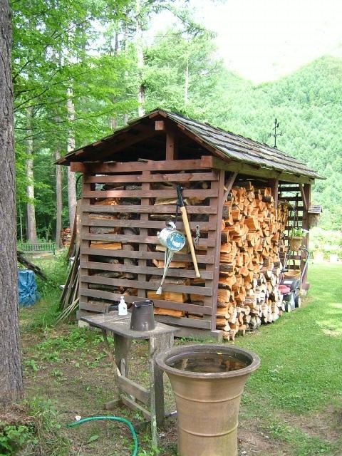 田渕義雄さんの薪小屋